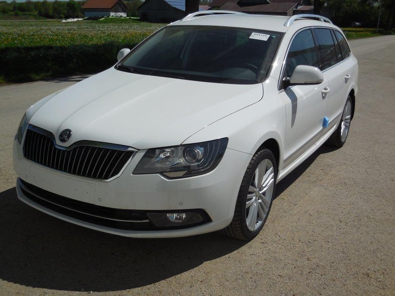 Skoda Superb Kombi Moonweiß Metallic